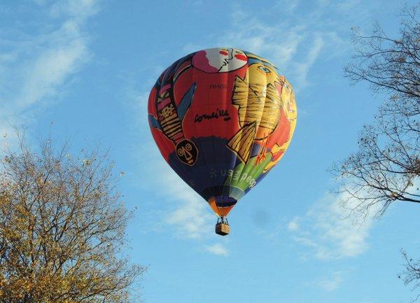 Heissluftballon am Herbsthimmel