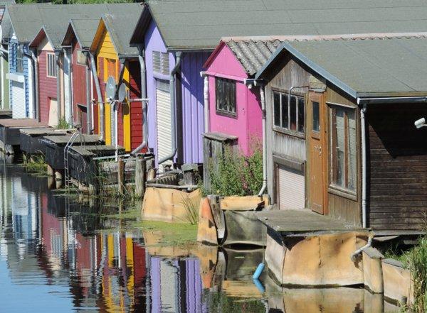 Bunte Bootshäuser an der Peene