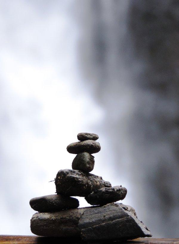 Steinmännchen vor Wasserfall