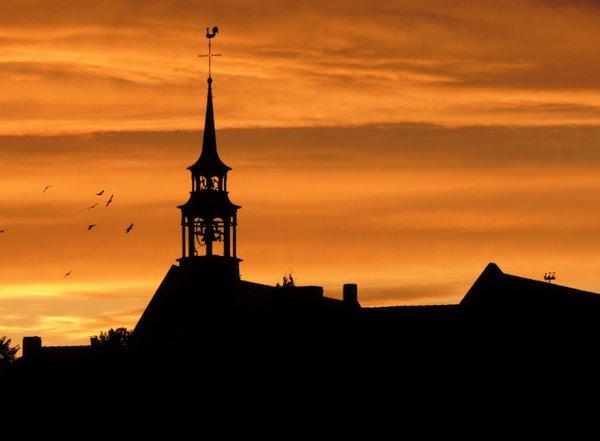 Kirchturm in der Abenddämmerung